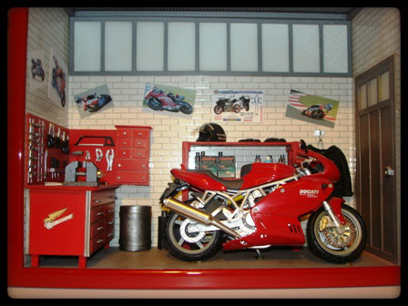 Vitrine miniature garage moto for Garage moto courbevoie