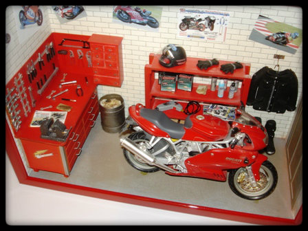 vitrine miniature garage moto. Black Bedroom Furniture Sets. Home Design Ideas