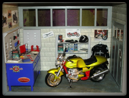 vitrine miniature garage moto. Black Bedroom Furniture Sets. Home Design Ideas